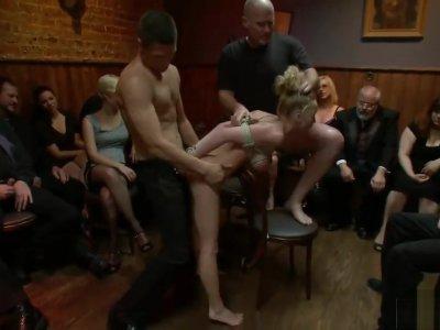 Bionda sotto torture in pubblico